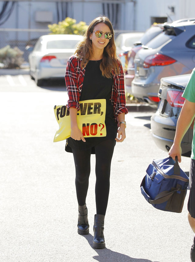 Jessica Alba's plaid shirt and Forever No clutch look for less