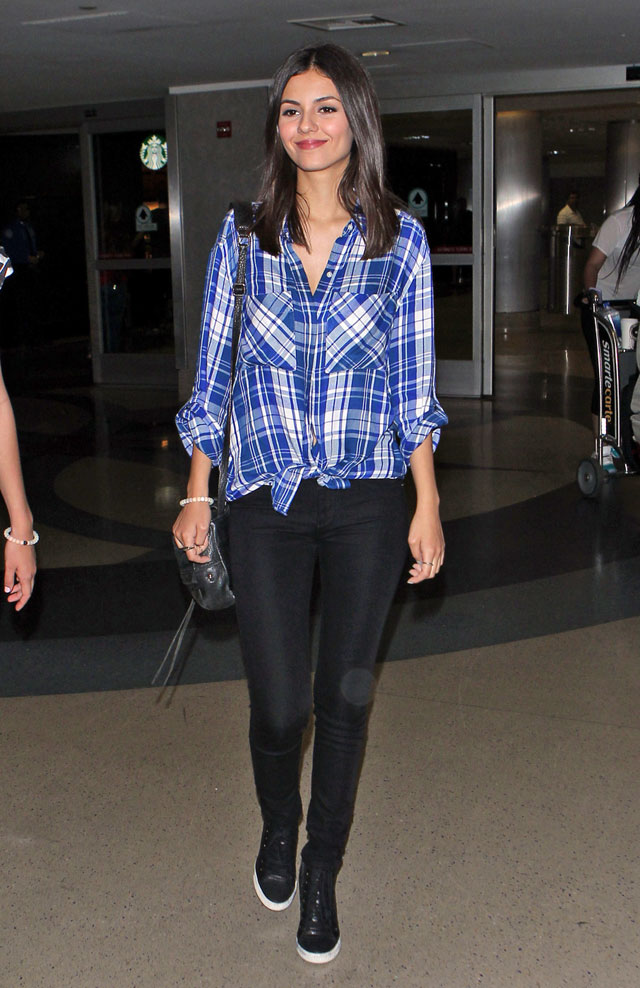 Victoria Justice's plaid shirt and black skinny jeans look for less