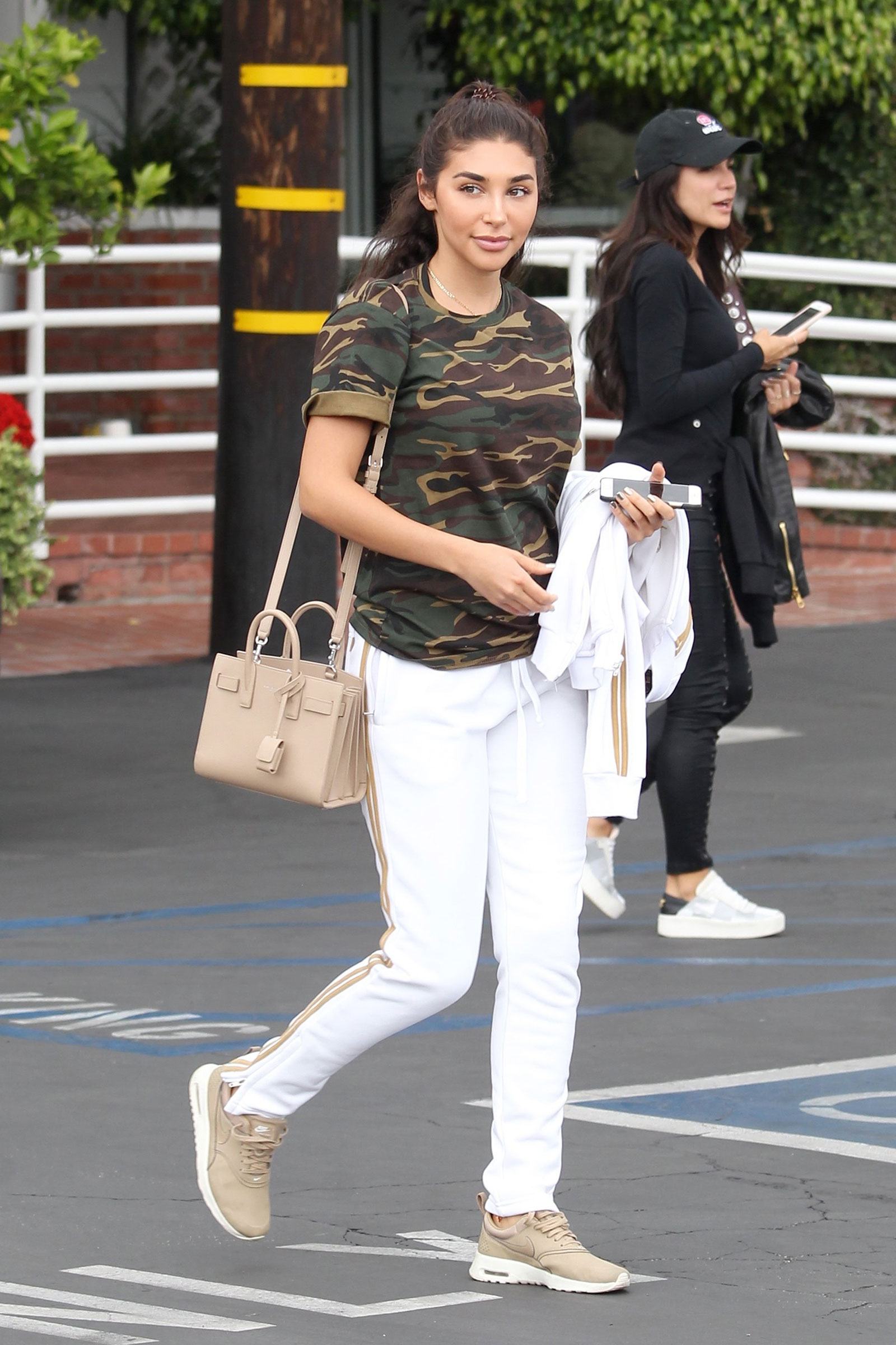 Here's a cute and casual summer outfit idea featuring a camo tee and white joggers.