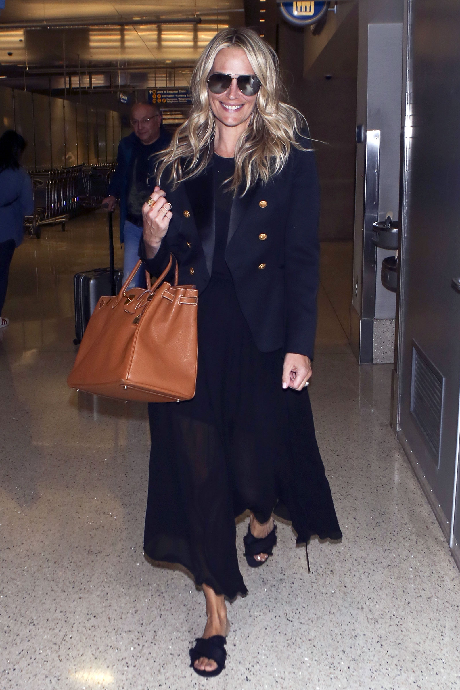 Molly Sims fashion style is classic and chic.