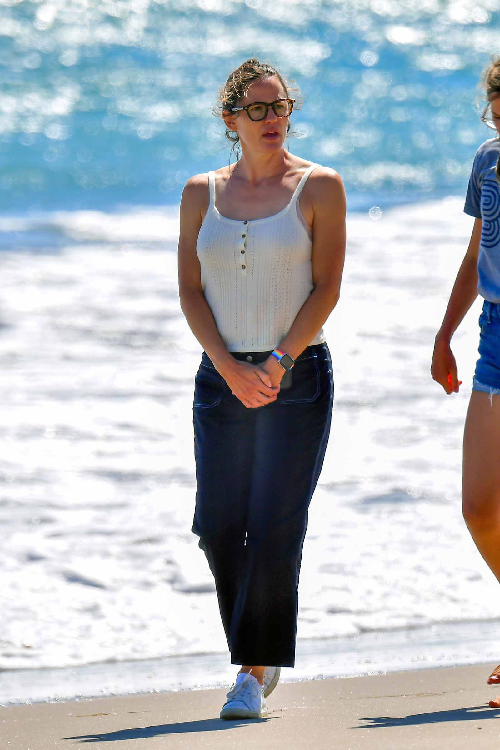 Jennifer takes a beach stroll in summer staples.