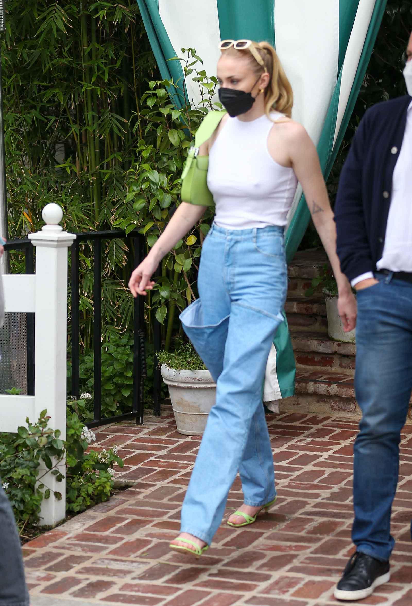 Los jeans KSENIASCHNAIDER de Sophie Turner y la camiseta sin mangas de cuello alto se ven por menos dinero